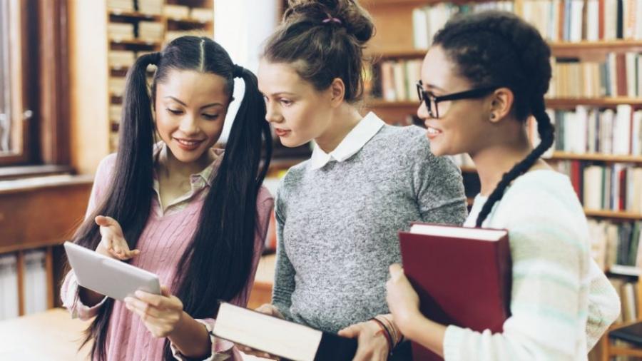 ragazze-studio-scuola-ragazzi-leggere-lettura-982x540